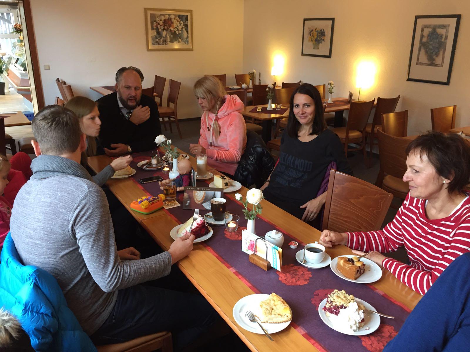 """alt=""""Personen beim Kaffetrinken im Café am Deich in Hodenhagen"""""""