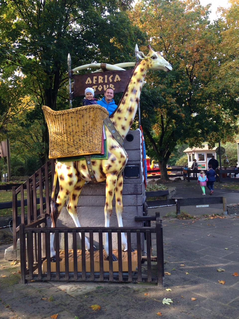 """alt=""""Freizeitparkbereich im Serengeti-Park, Kind in einer übergroßen Girraffe"""""""