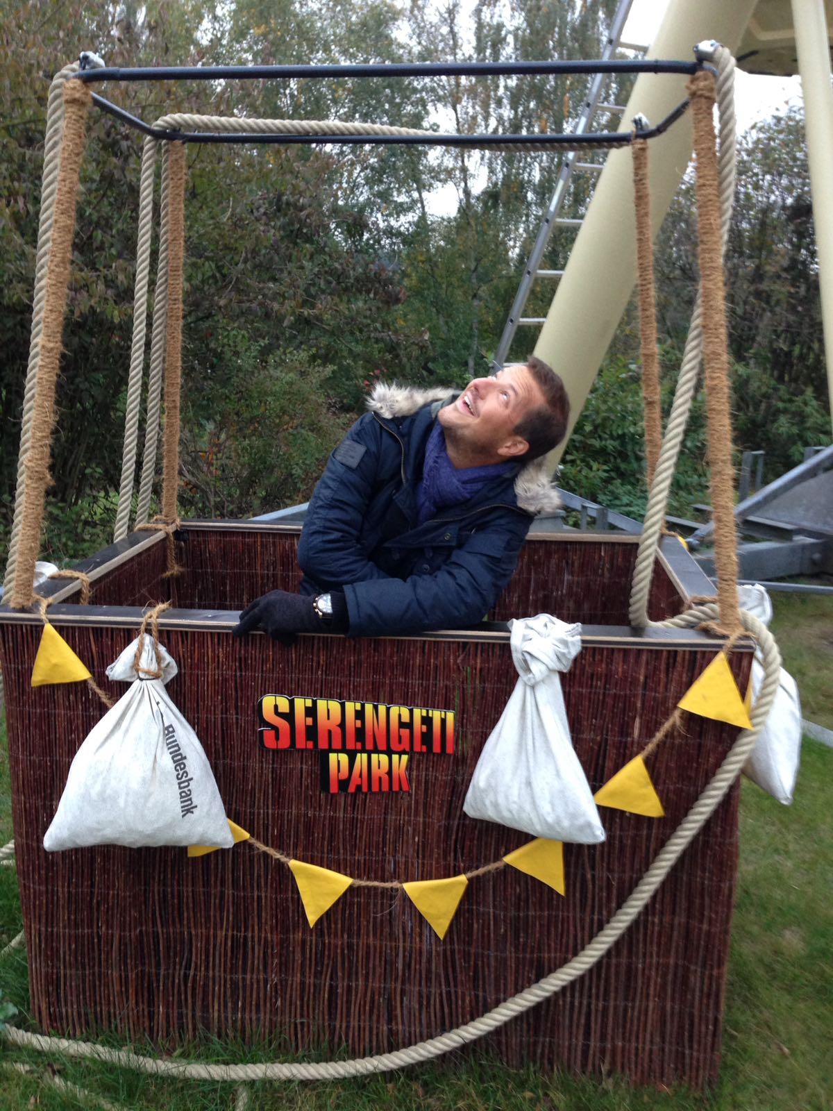 """alt=""""Erwachsener in einem Ballonkorb im Serengeti-Park"""""""