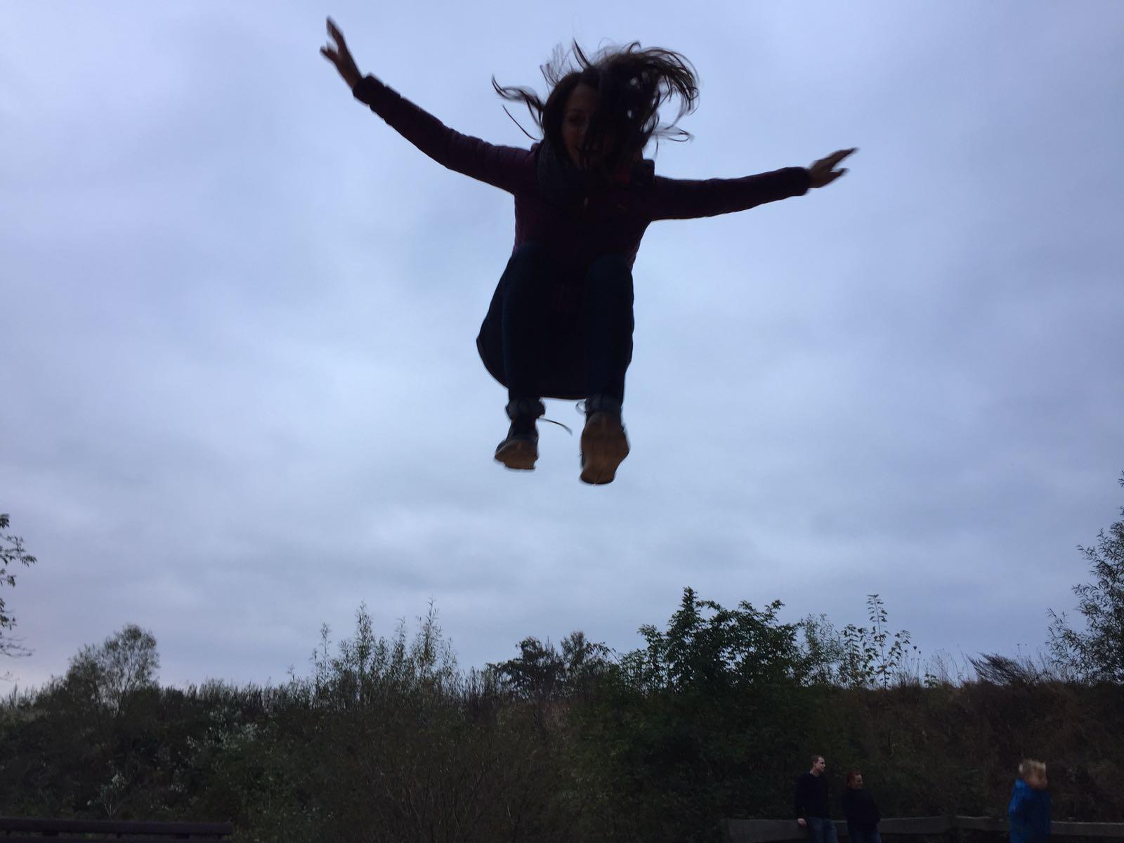 """alt=""""Mädchen in der Luft beim Trampolinspringen im Serengeti-Park"""""""