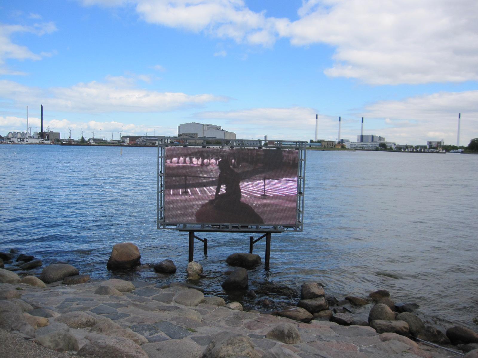 """alt=""""Standbild auf Leinwand der kleinen Meerjungfrau, dem Wahrzeichen von Kopenhagen"""""""
