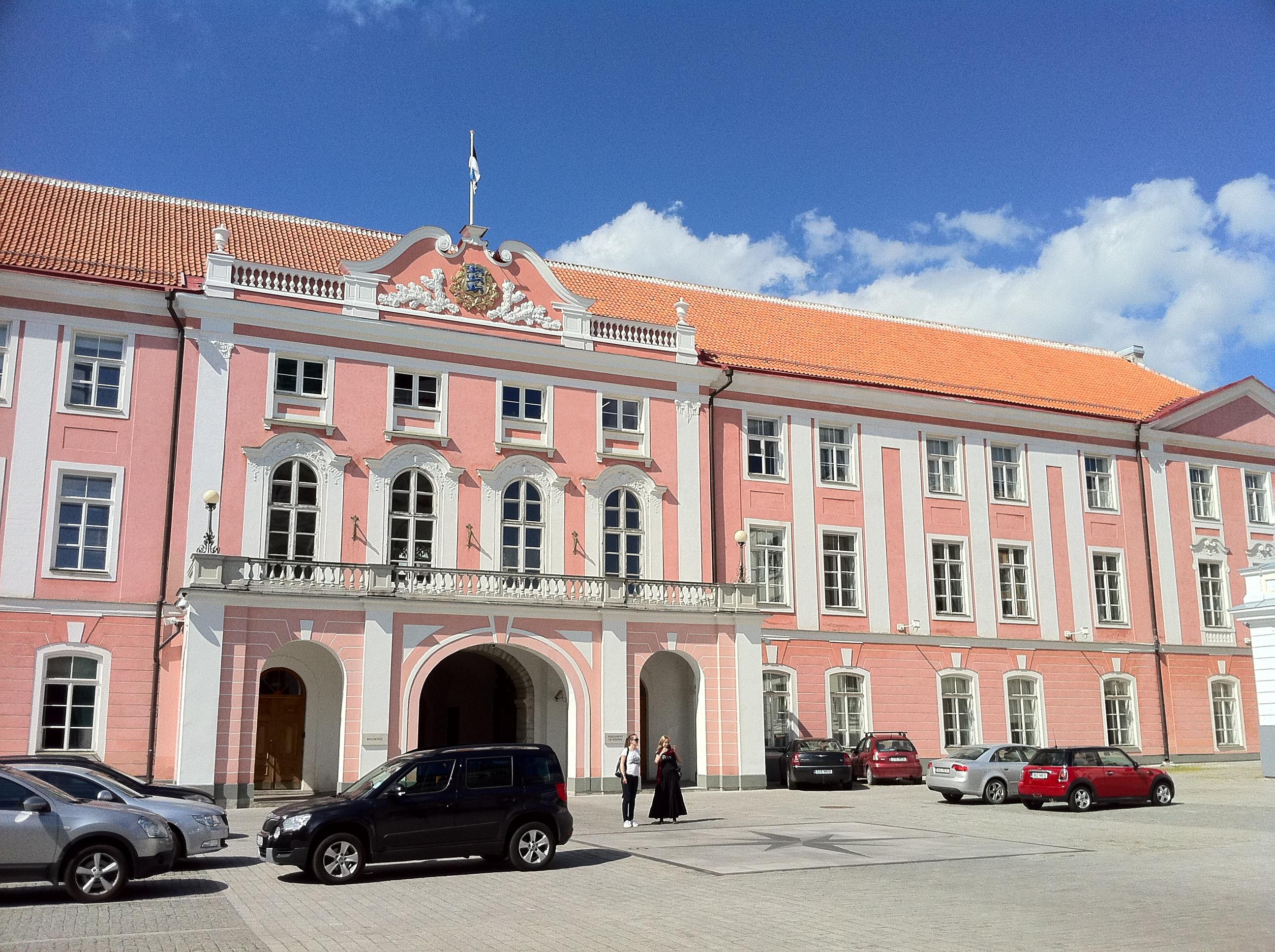 """alt=""""Schönes rosanes Altbauhaus in der Altstadt von Tallinn"""""""