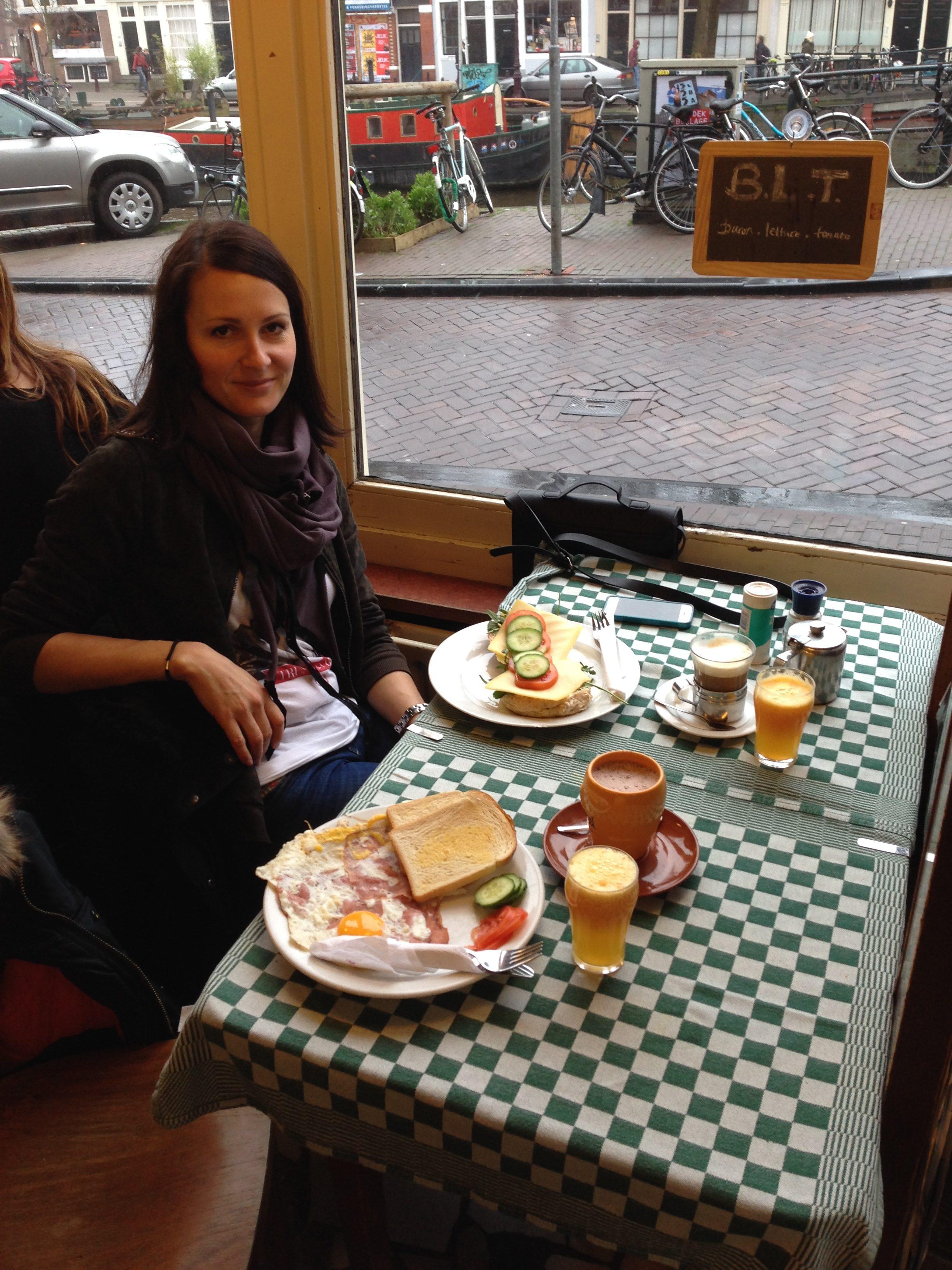 Frau beim Frühstück in einem Café in Amsterdam