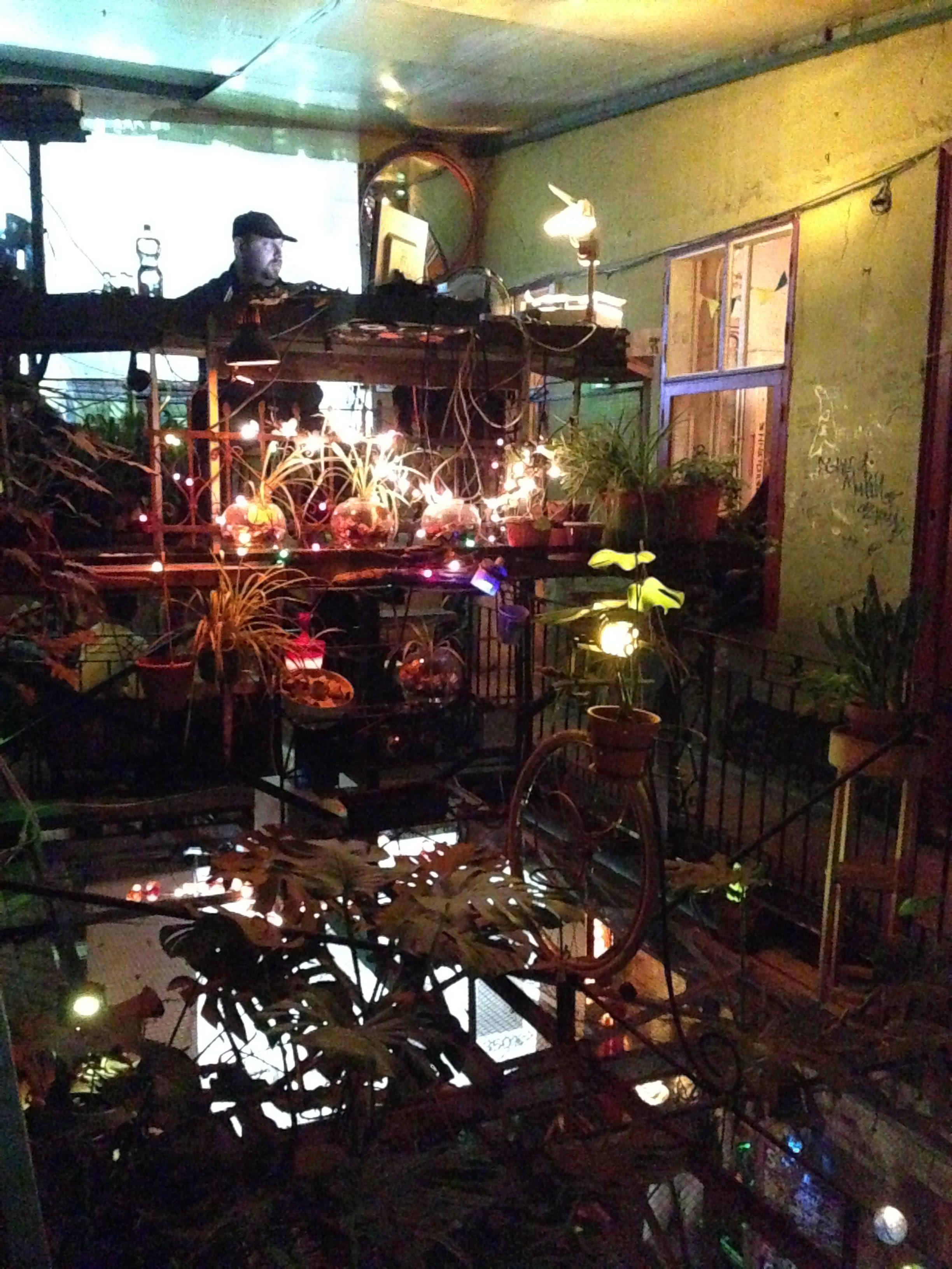 """alt=""""Blick in die Szimpla kert Bar, Budapest, Jüdisches Viertel"""""""