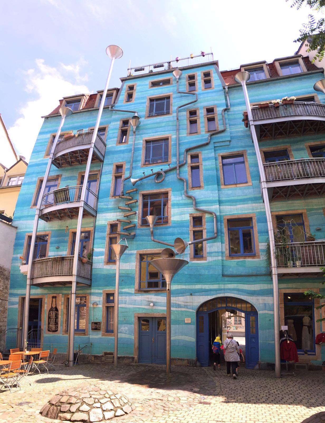 """alt=""""Ansicht eines blauen Hauses in der äußeren Neustadt von Dresden"""""""