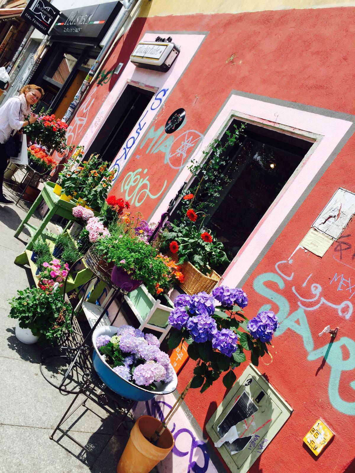 """alt=""""Ansicht eines roten Café-Hauses in der äußeren Neustadt von Dresden"""""""