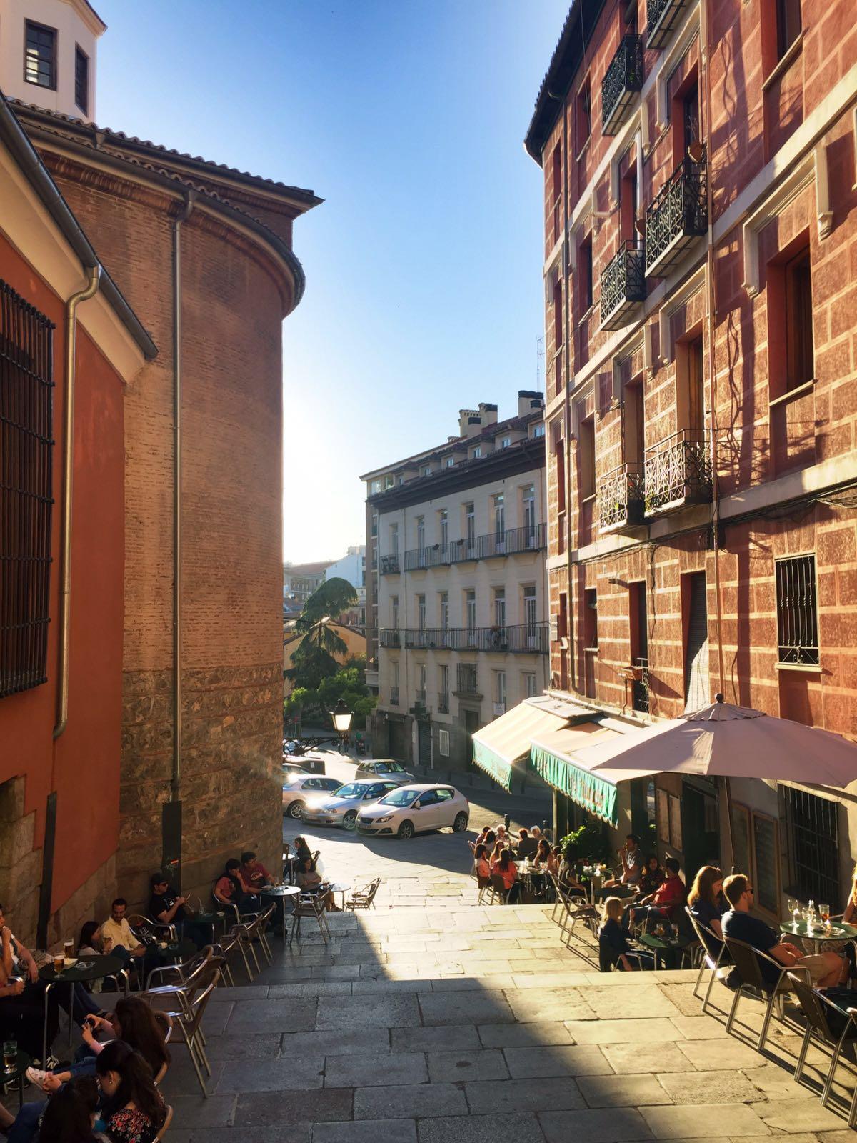 """alt=""""Blick auf das Café del Nuncio in Madrid"""""""