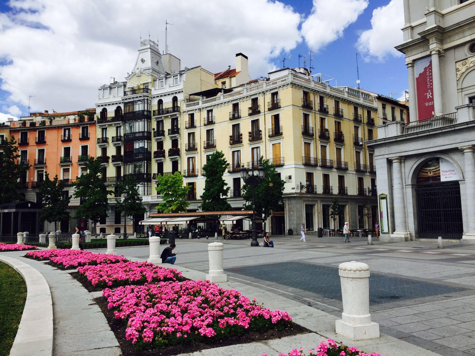 """alt=""""Städtetrips Madrid, Blick auf einen der zahlreichen Plätze"""""""