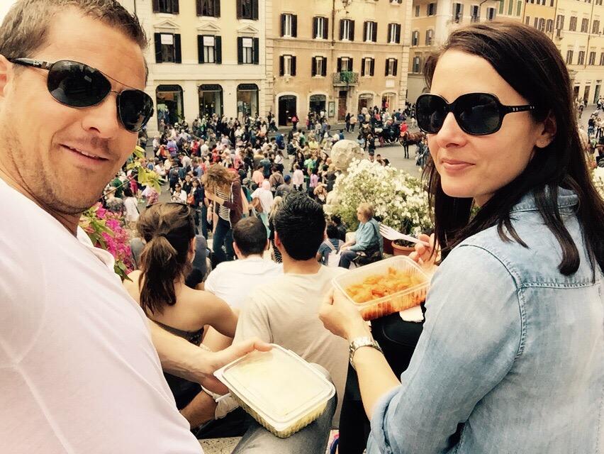 """alt=""""Pärchen isst Pasta auf der spanischen Treppe in Rom"""""""