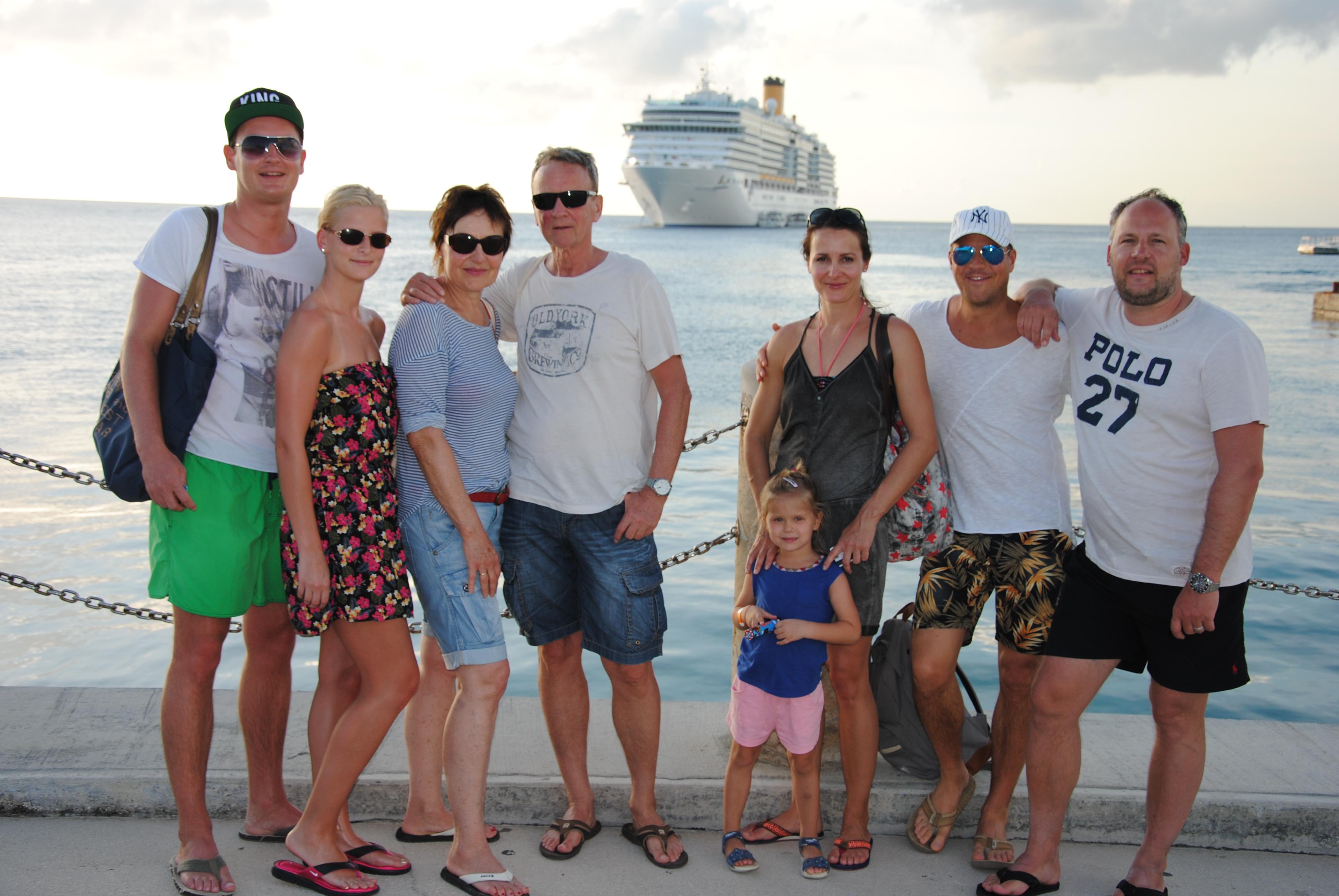 Jahresrückblick: Familie im Hafen vor Kreuzfahrtschiff