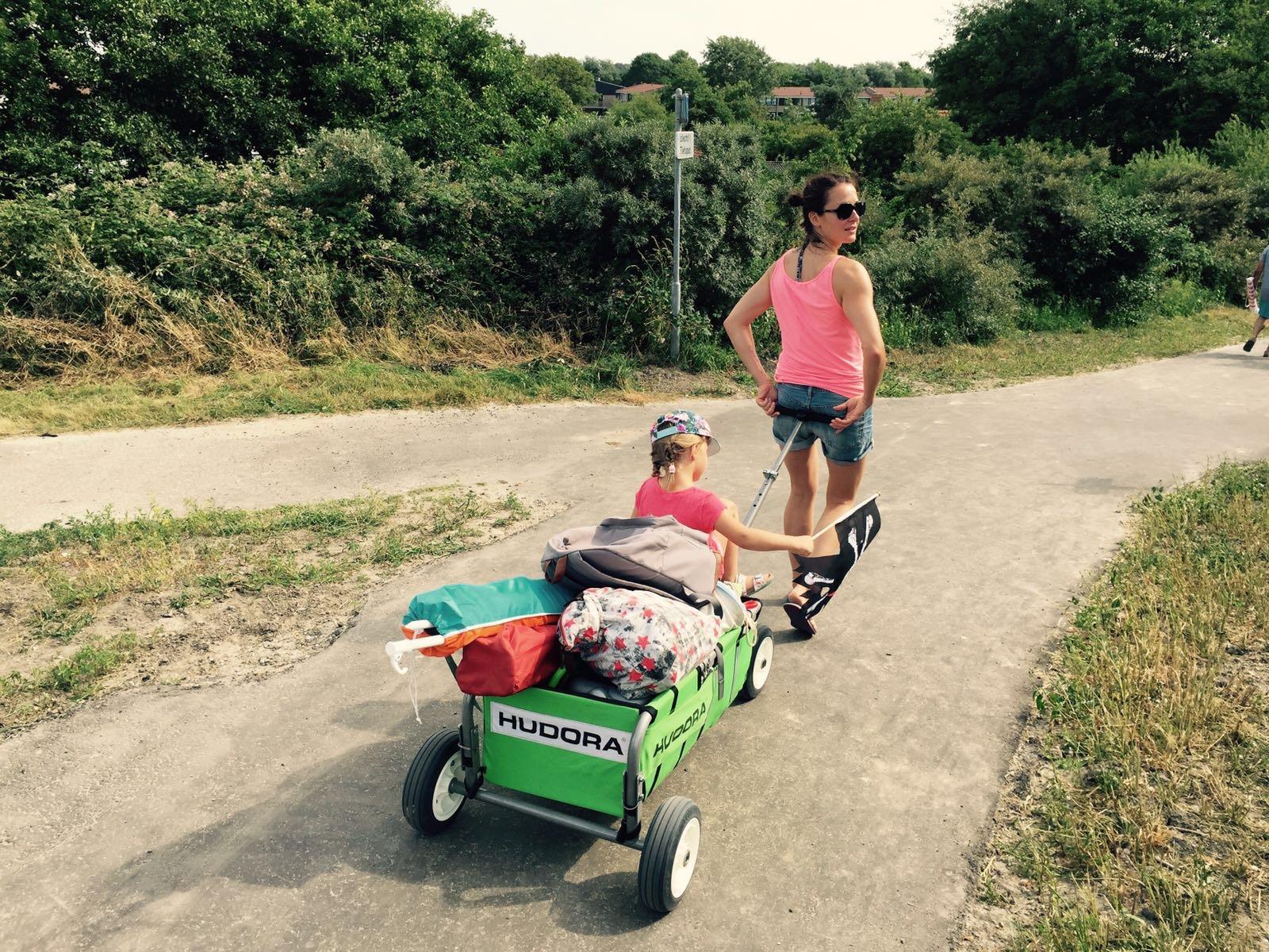 Jahresrückblick: Frau zieht Bollerwagen zum Strand