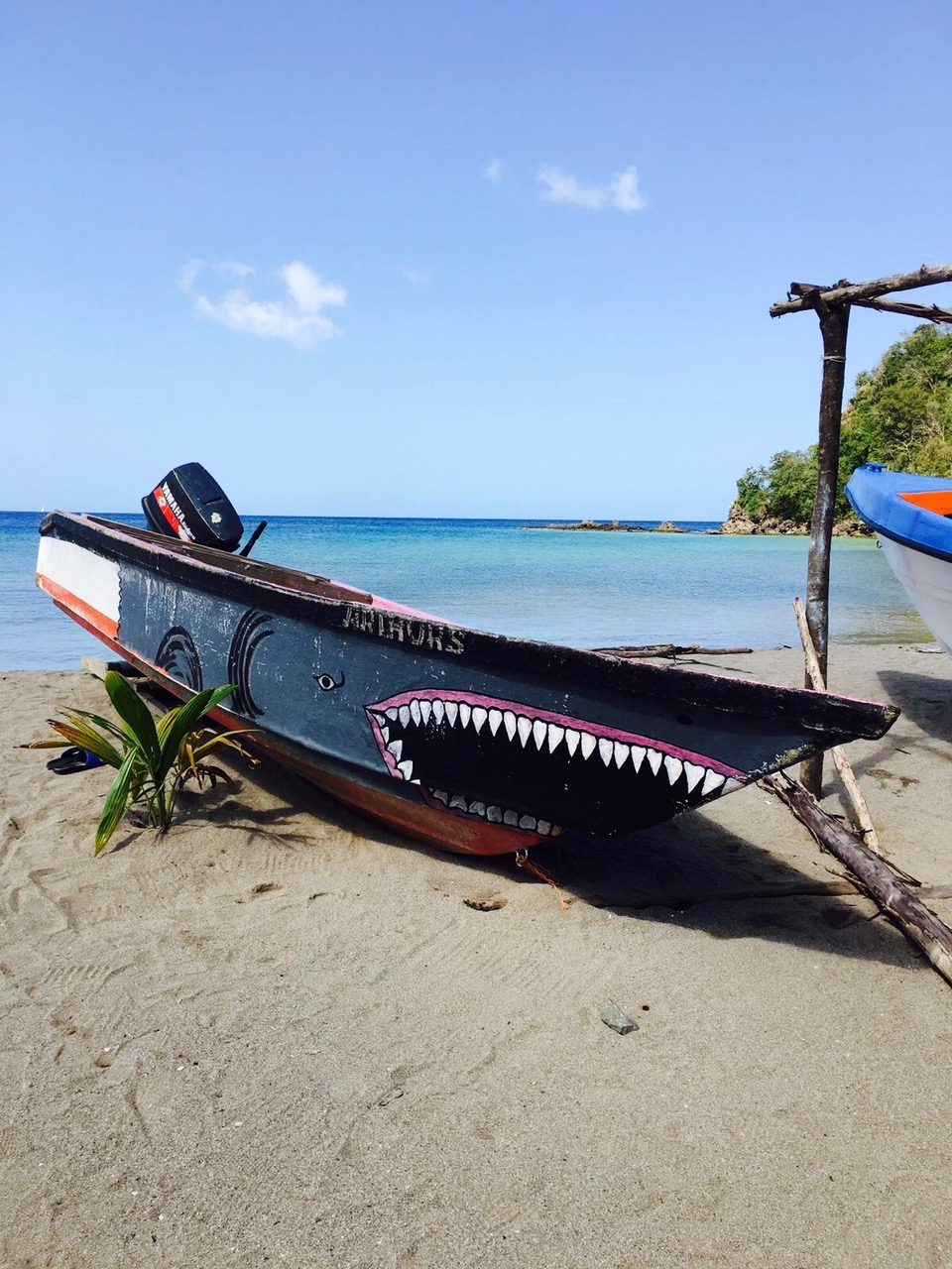 Angemaltes altes Holzboot am Strand bei Anse La Raye, St. Lucia
