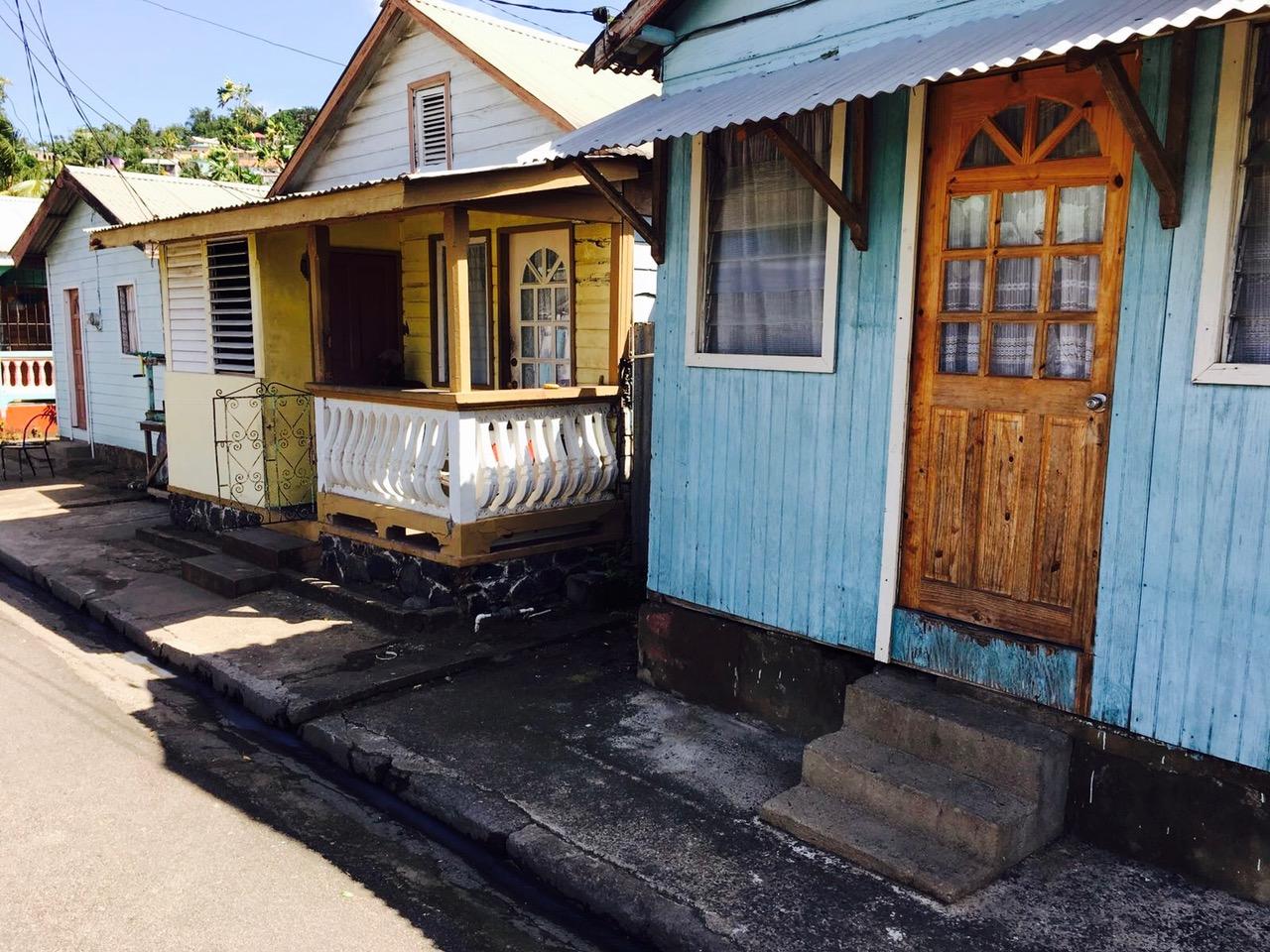 Holzhäuser im Fischerdorf Anse La Raye, St. Lucia