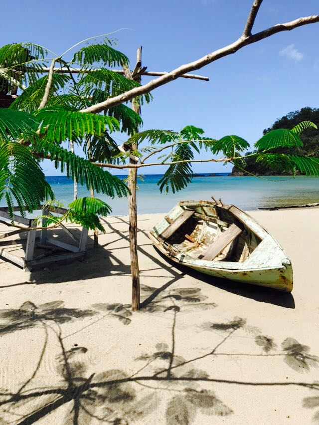 Altes Holzboot am Strand von Anse La Raye, St. Lucia