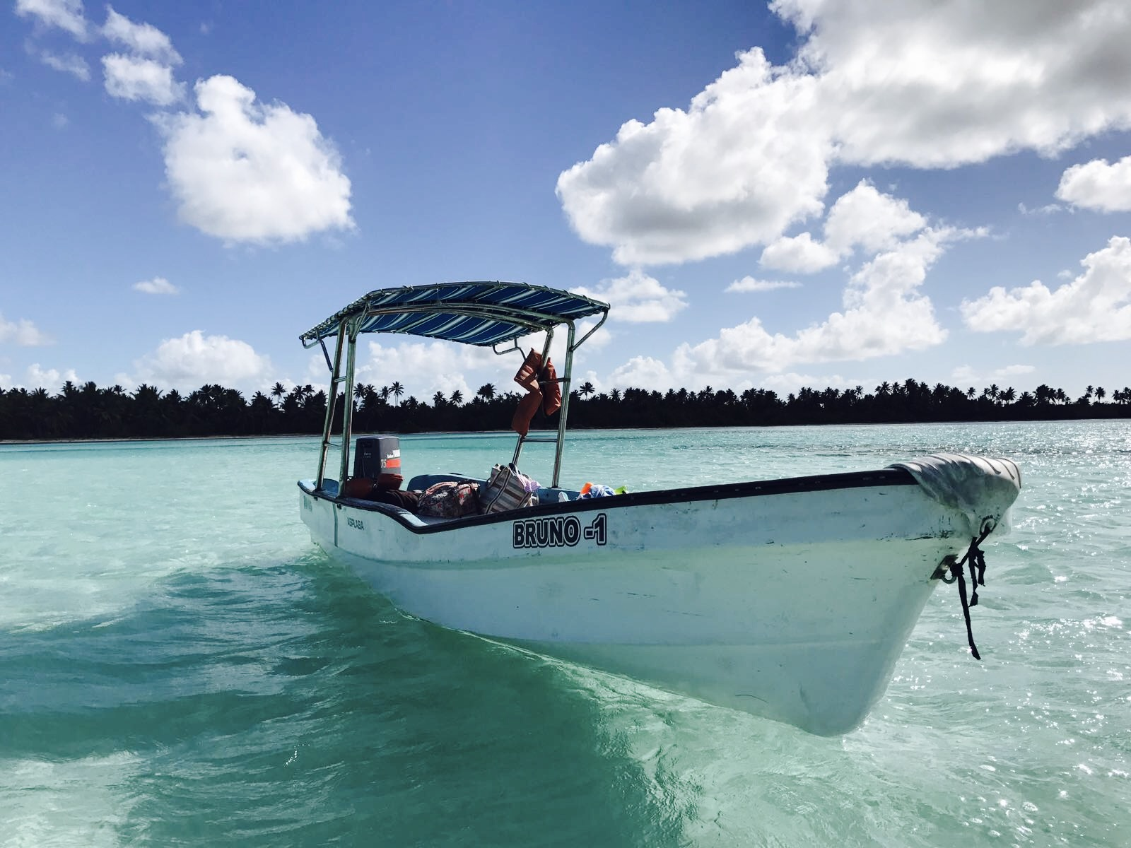 Kleines Boot im türkisblauen Wasser im Nationalpark del Este, Dominikanische Republik