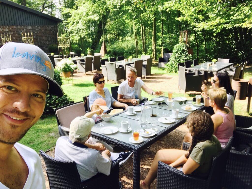 Familie im Garten im Café Freistuhl, Bad Waldliesborn