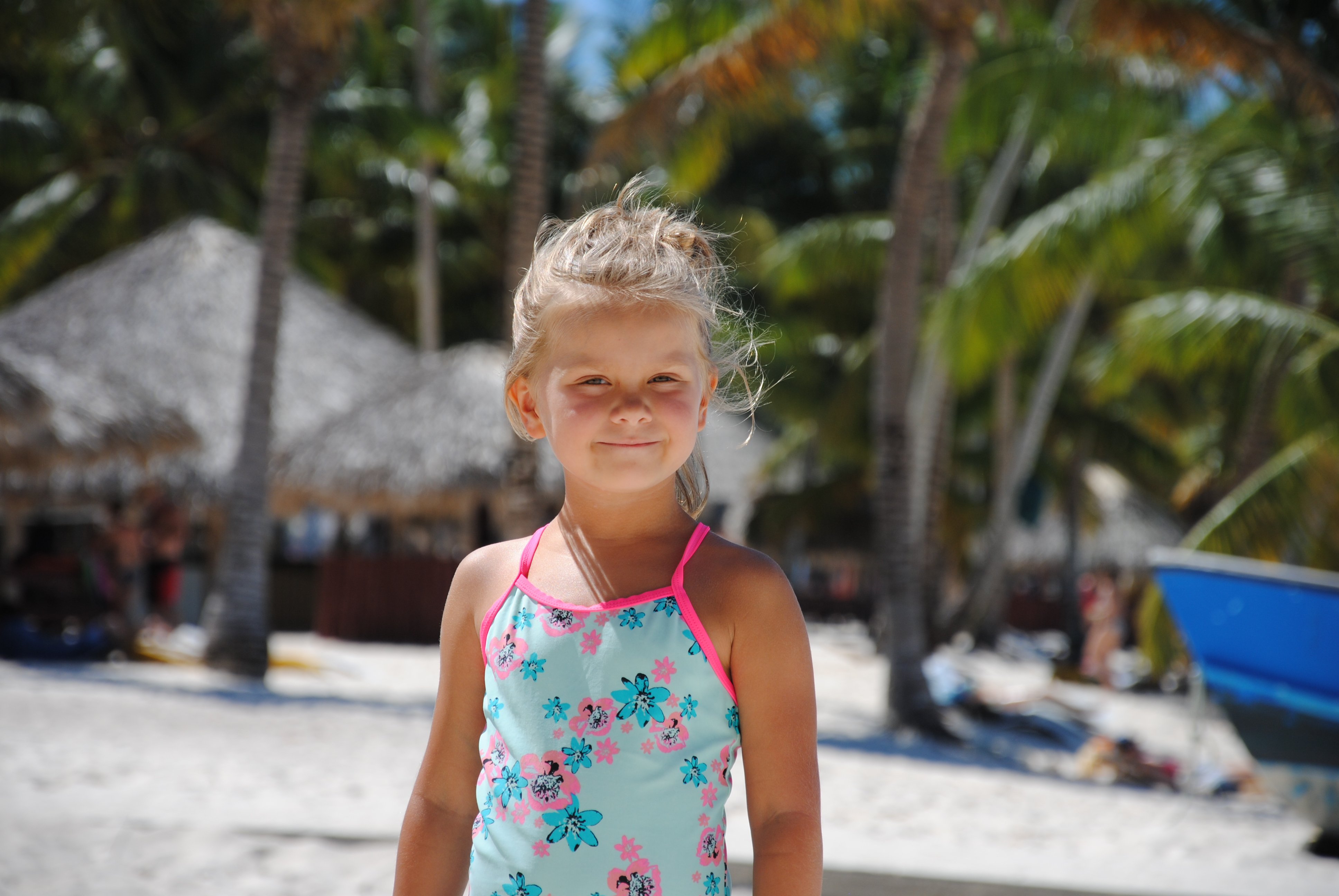 Kleines Mädchen happy auf Saona Island