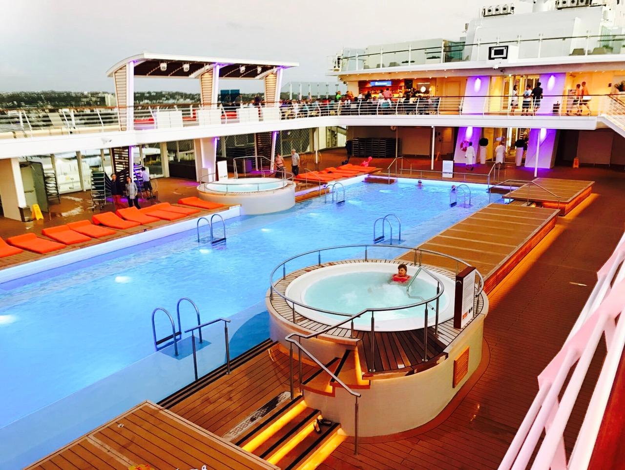 Blick auf den großen Pool auf der Mein Schiff 5
