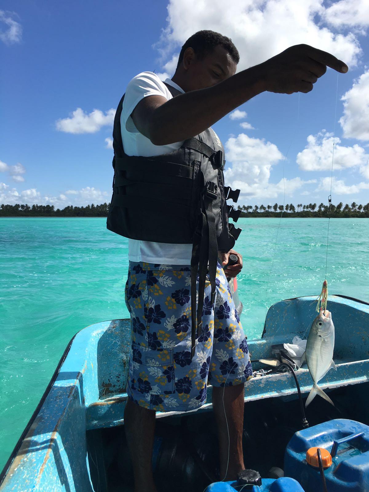 Mann im Boot mit kleinem Fischfang