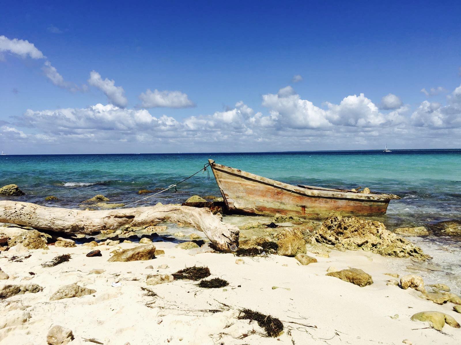 Altes Boot am Strand von Saona Island