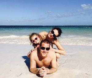 Familie mit Kind am Strand von Punta Cana