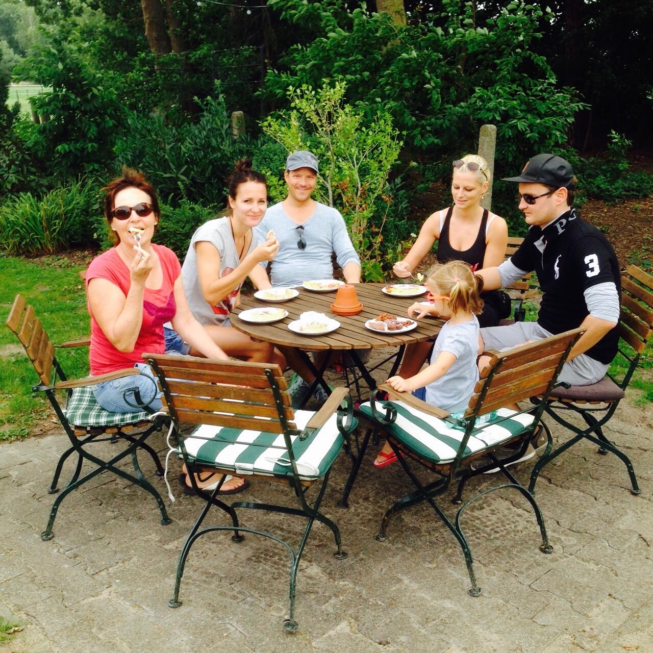 Familie beim Kuchen essen im Landgasthaus Soebke bei Bad Waldliesborn