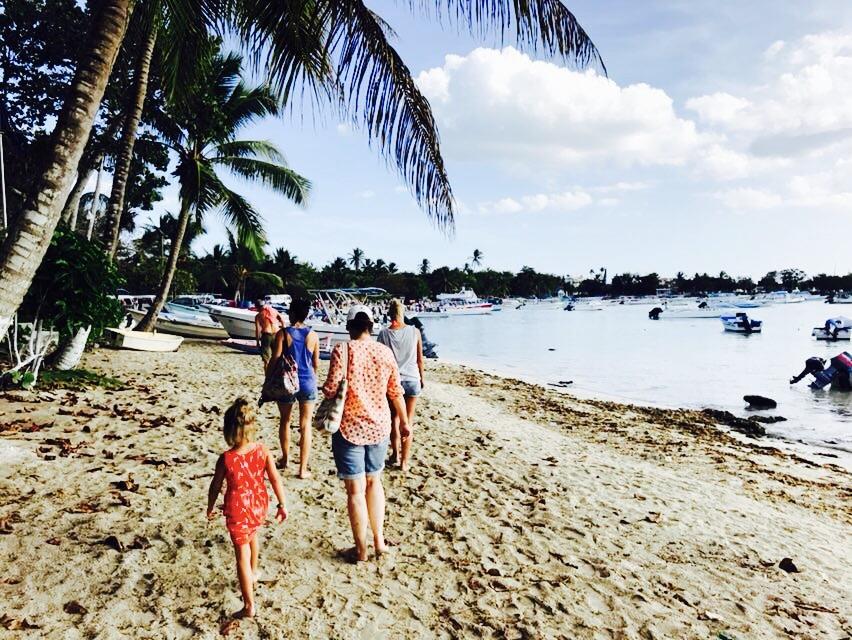 Leute laufen am Strand entlang, Bayahibe in der Dominikanischen Republik