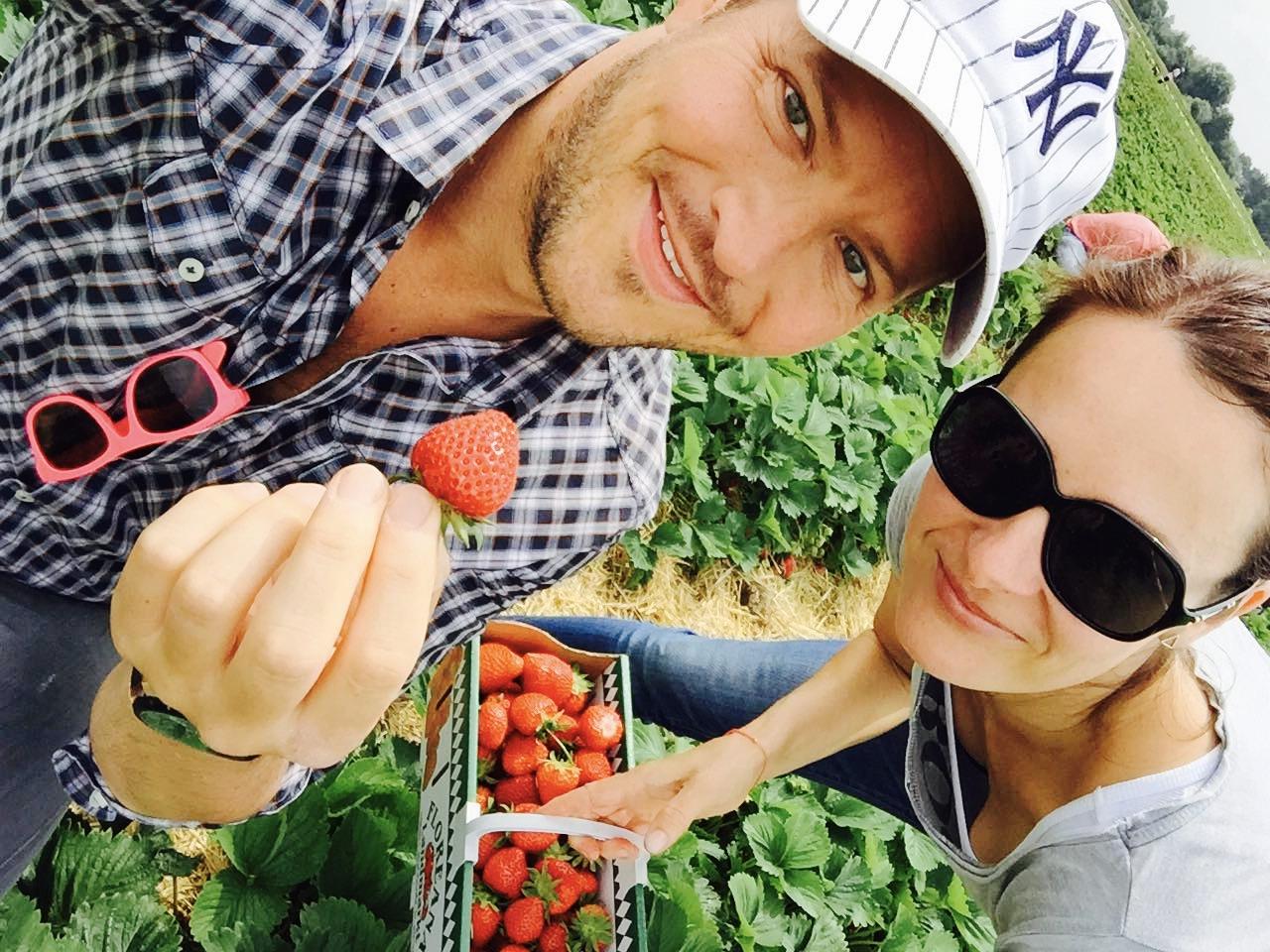 Pärchen mit Erdbeerkorb im Erdbeerfeld beim Floreana Landmarkt in Wadersloh bei Bad Waldliesborn