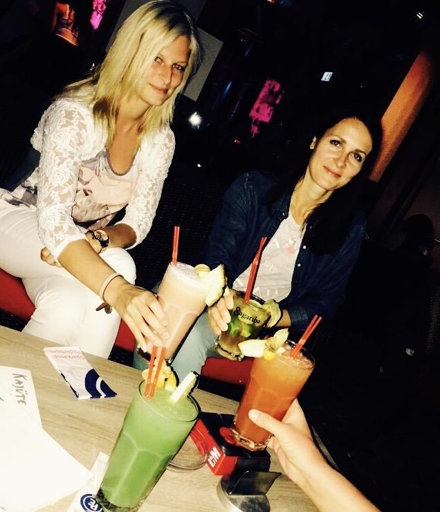 Zwei junge Frauen trinken einen Cocktail in der Kajüte in Bad Waldliesborn