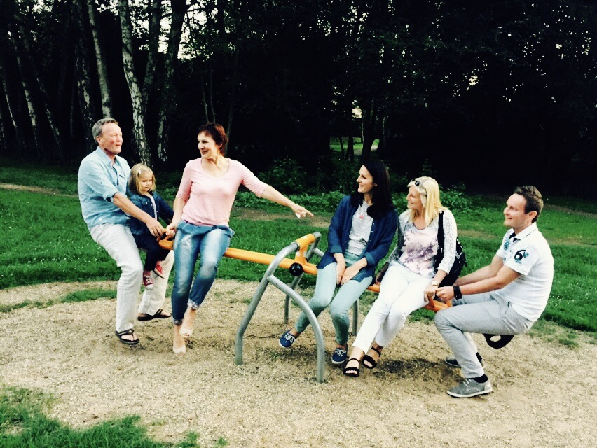 Familie auf einer Wippe im Kurpark von Bad Waldliesborn