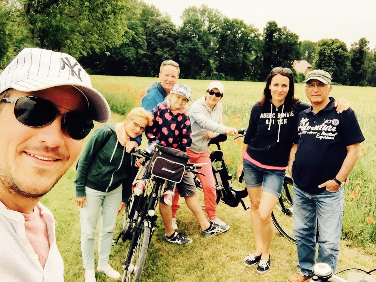 Familie mit Fahhrrädern in einem Feld bei Bad Waldliesborn