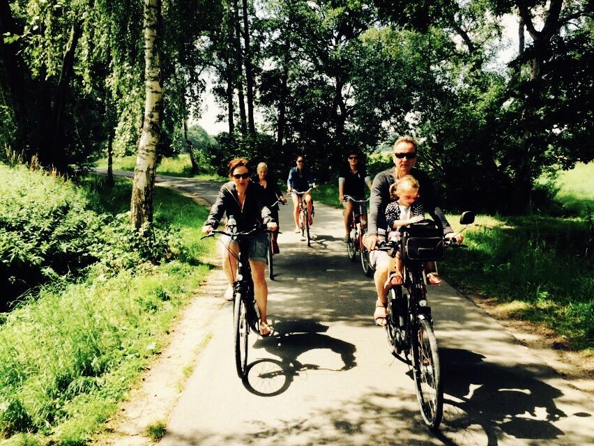 Familie bei einer Fahrradtour im Grünen in Bad Waldliesborn