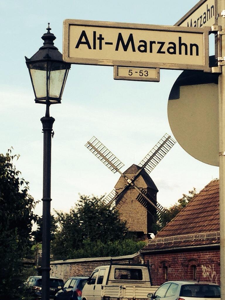 Alt-Marzahn mit Bockwindmuehle im Hintergrund