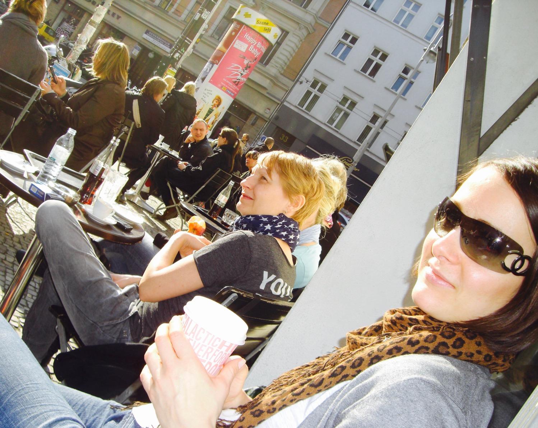 Frau im Café in der Alten Schönhauserstrasse, Berlin