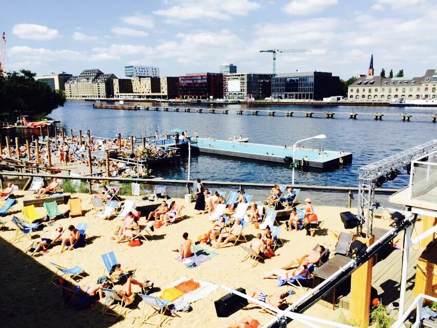 Blick auf das Badeschiff Berlin, Alt-Treptow