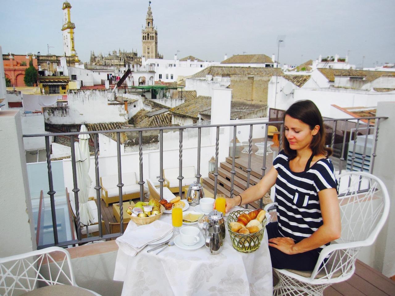 Frau beim Frühstück auf Dachterrasse vom Hotel Amadeus & La Musica, Sevilla, Andalusien