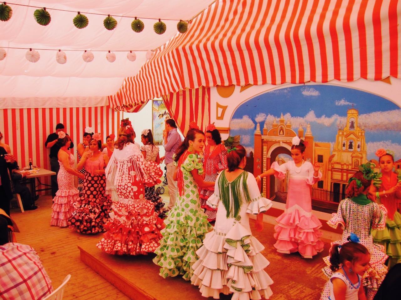 Blick in ein Familienzelt beim Fest Feria de Abril, Sevilla, Andalusien