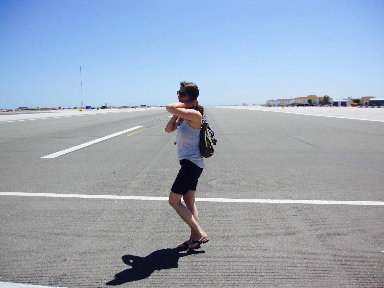 Weg über den Flugplatz von Gibraltar