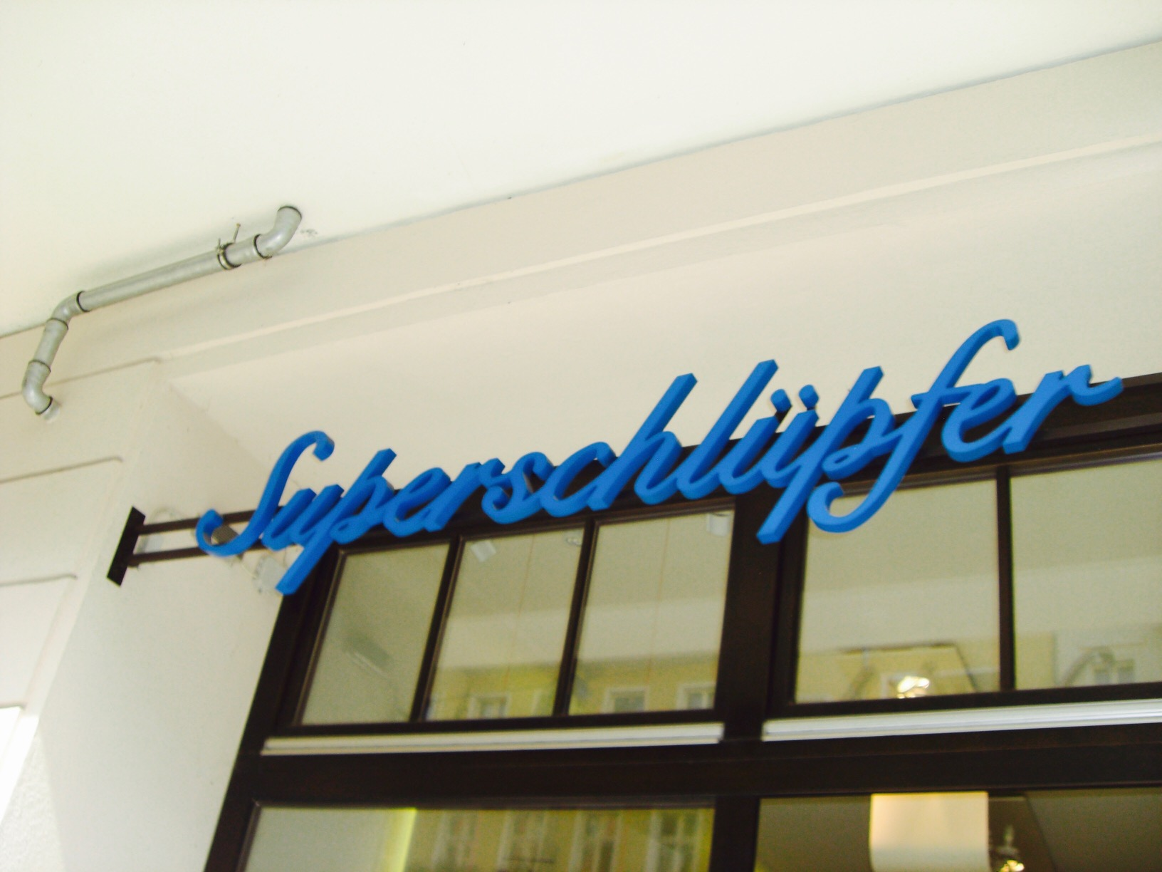 """Schild über einem Lagen in Friedrichshain mit dem Namen """"Superschlüpfer"""""""