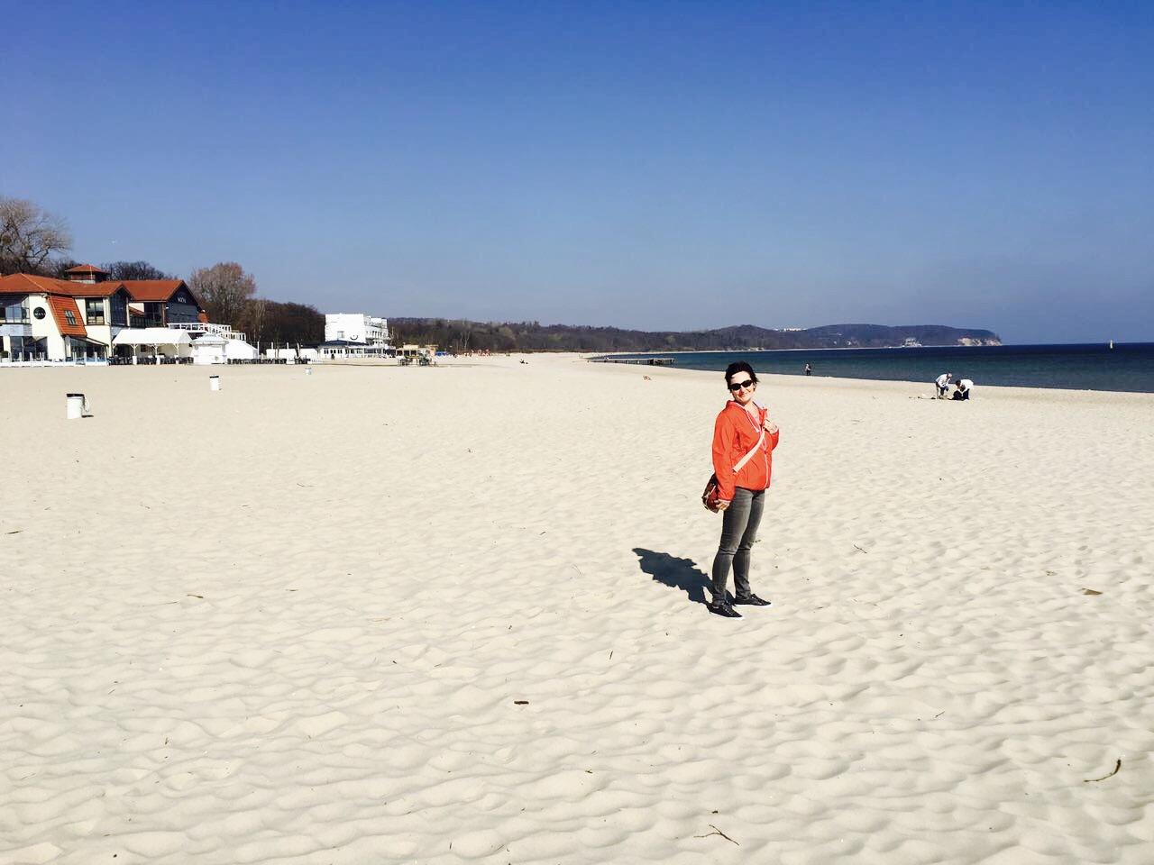 Frau am Strand in Sopot