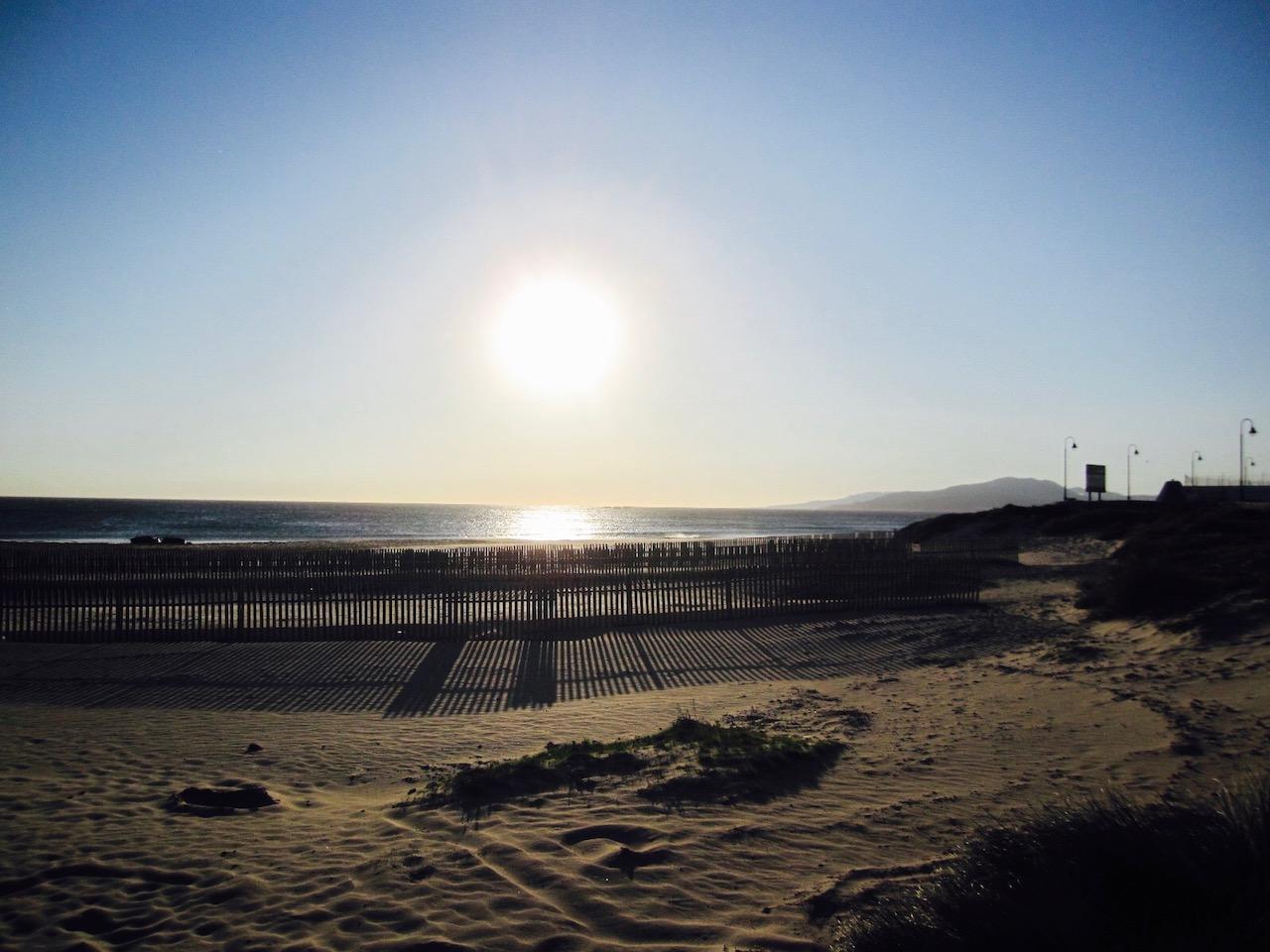 Sonnenuntergang am Strand in Tarifa, Andalusien