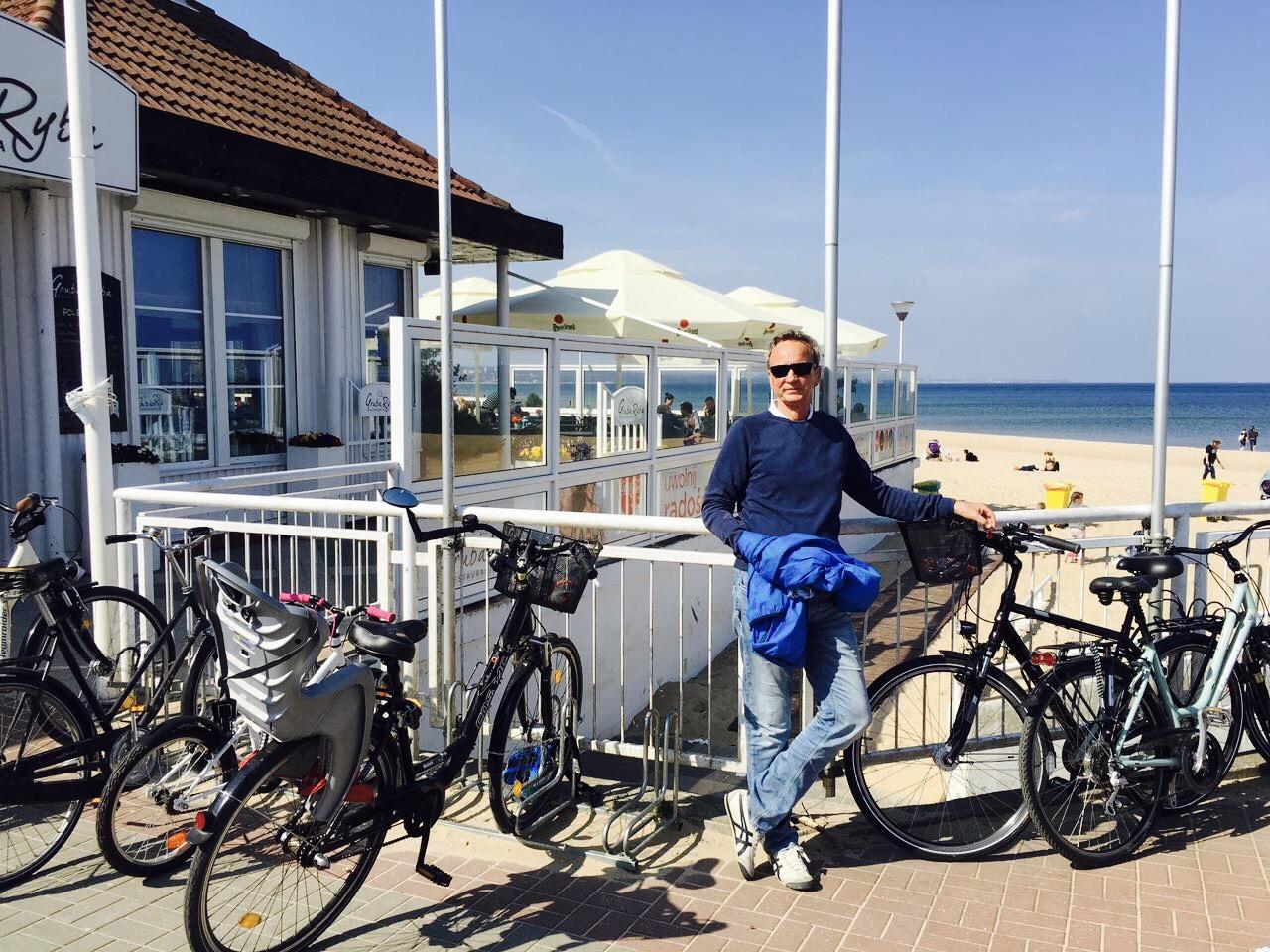 Mann an Strandbar mit Fahrrädern, Sopot, Polen