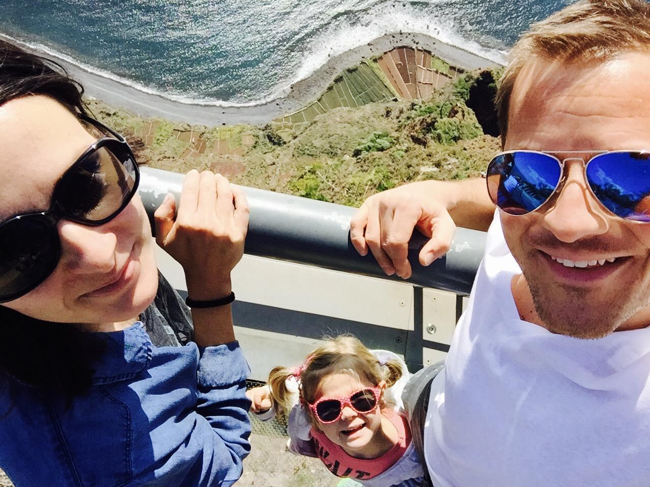 Familie auf der Aussichtsplattform Cabo Girao auf Madeira schaut von unten in die Kamera