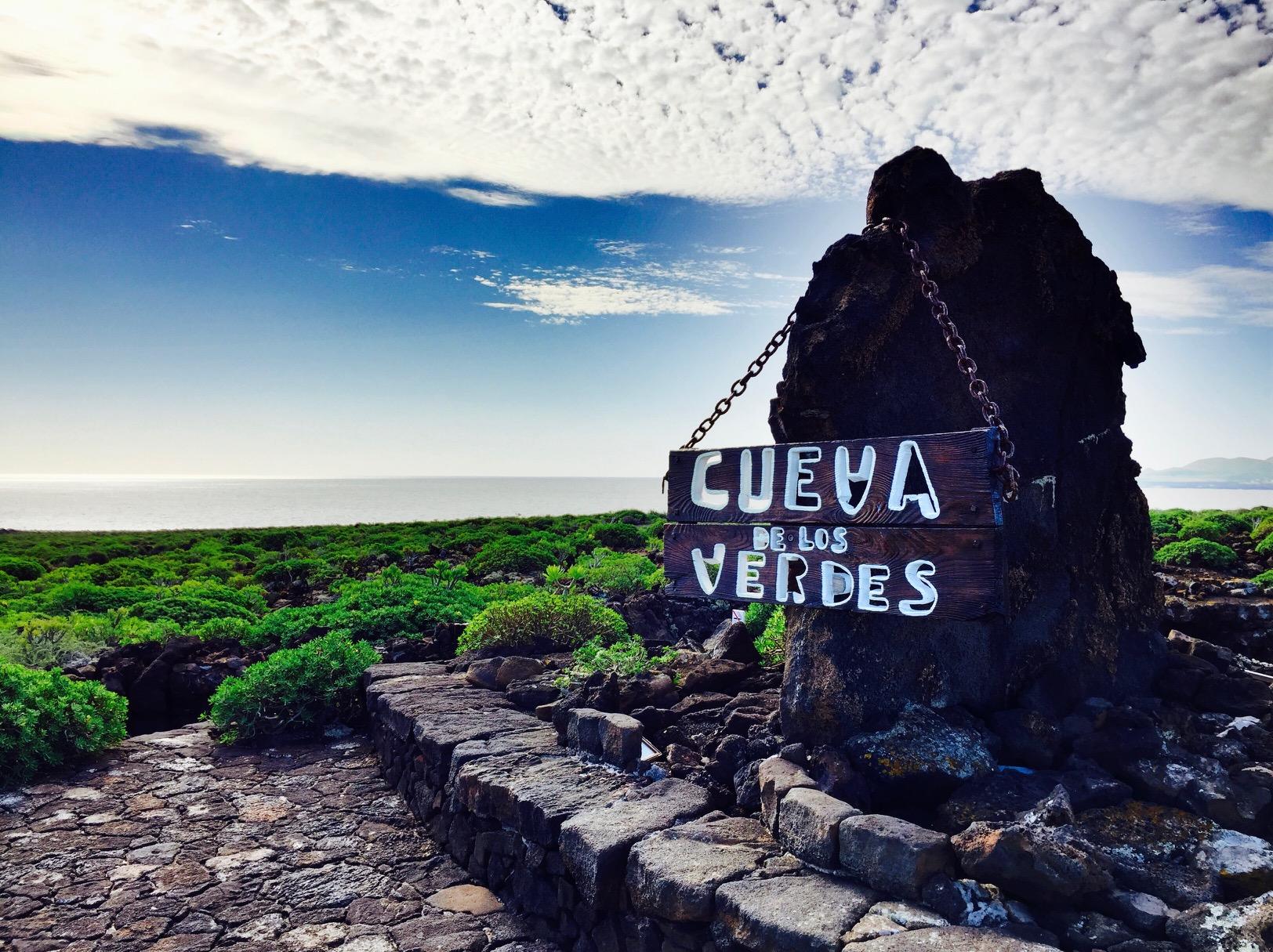 Blick auf das Schild von Cueva de los Verdes auf Lanzarote