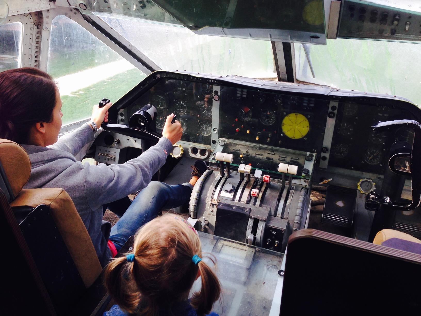 Spielen im Flugzeugcockpit eines bespielbaren alten Flugzeugs im Irrland in Kevelaer