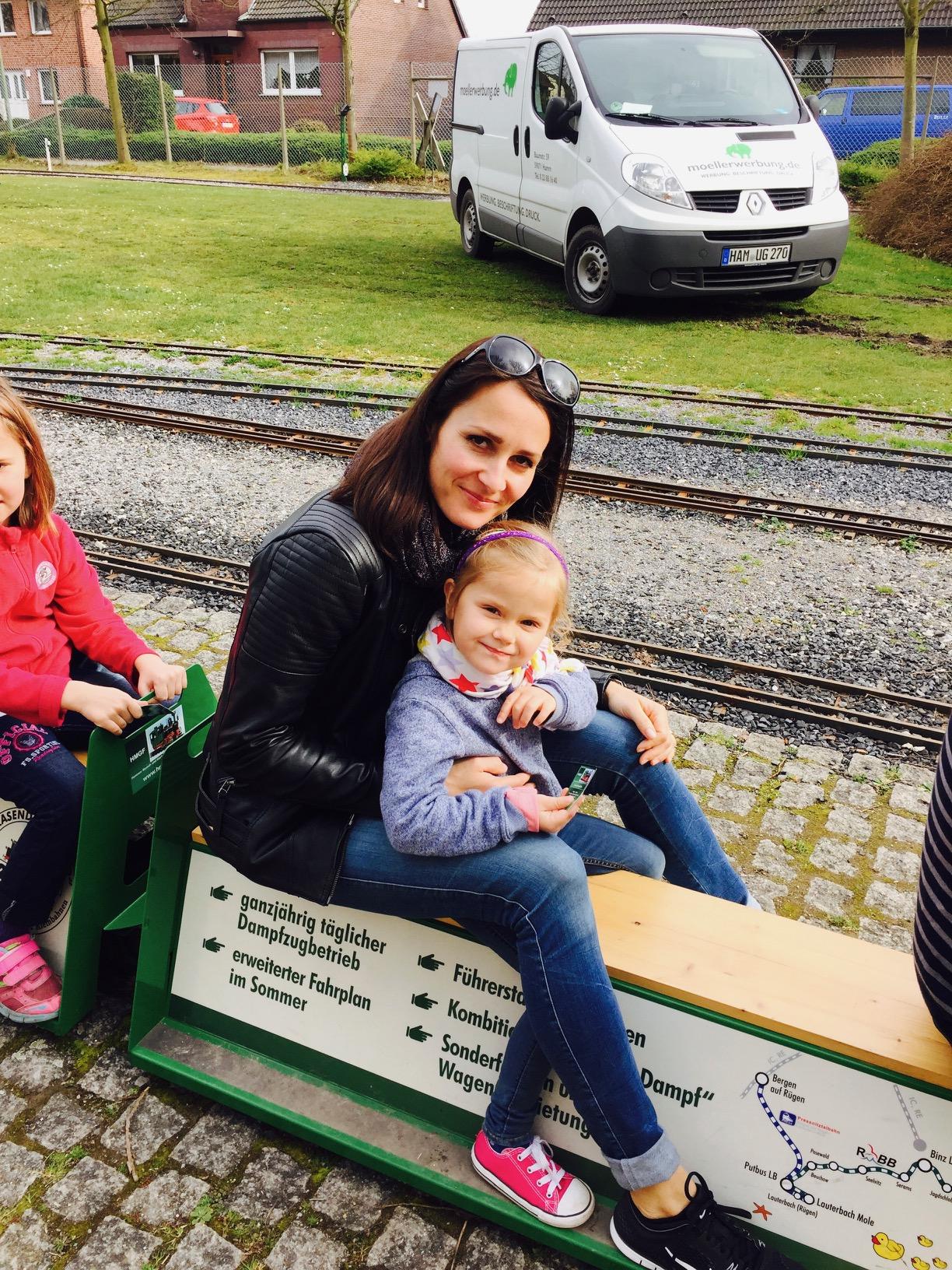 Mutter mit Kind auf der Gartenbahn im Maxipark in Hamm