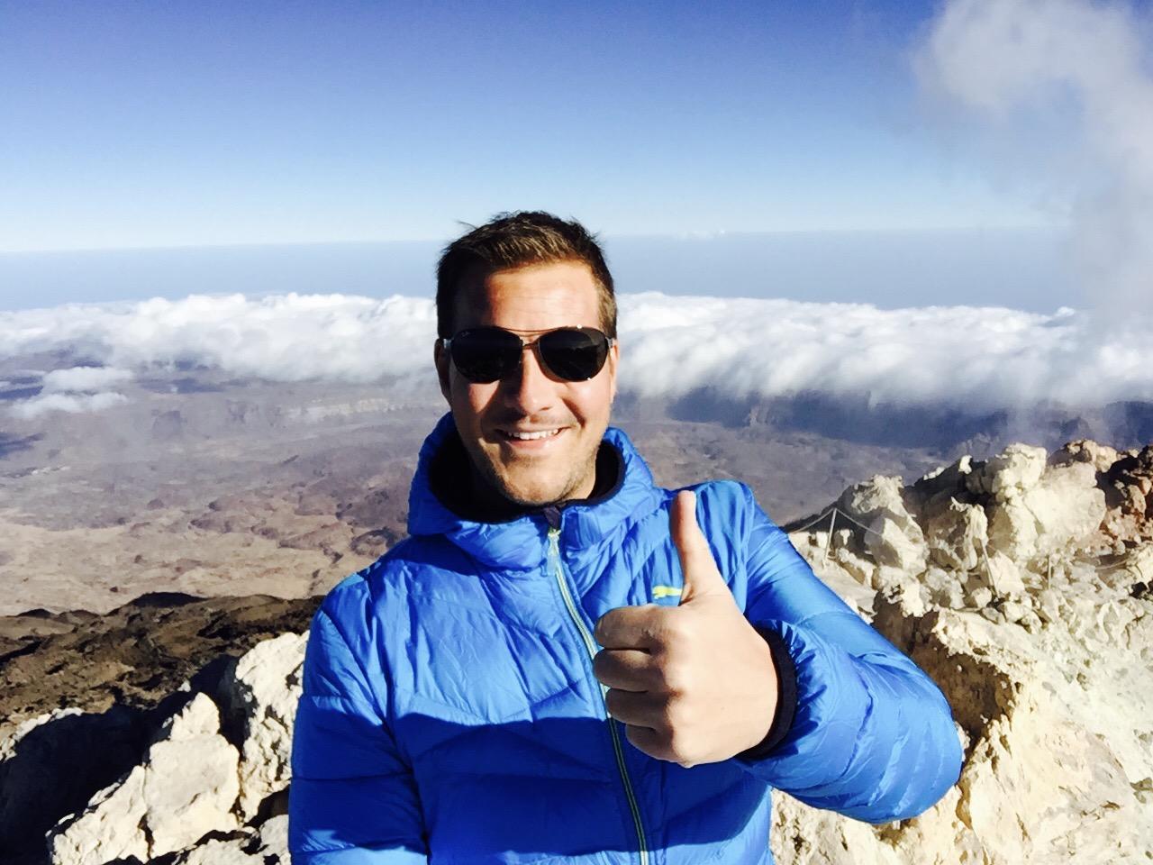 Mann auf dem Gipfel vom El Teide blickt in die Kamera