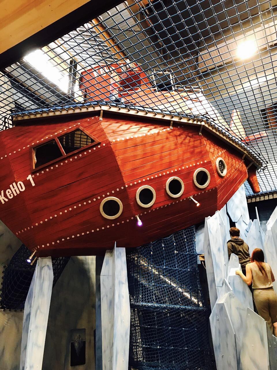 Blick auf ein Holzschiff im Indoorbereich im Ketteler Hof, Haltern