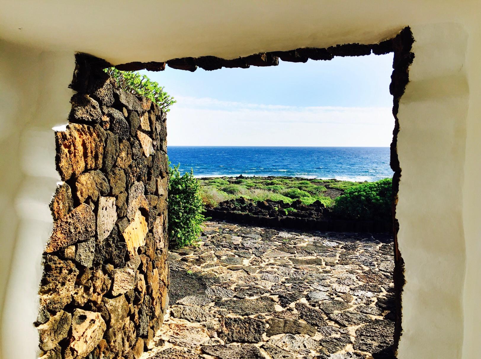 Blick aus einem Gebäude heraus auf die Landschaft bei Jameos del Agua auf Lanzarote
