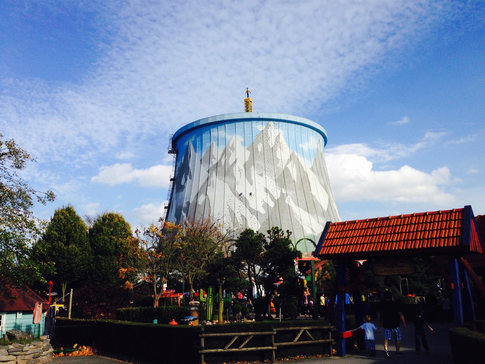 Ausflugstipps NRW, Blick von weitem auf den alten Kühlturm in Kernie's Familienpark, Kalkar